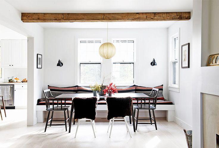 Tässä Selina Van Der Geestin suunnittelemassa sisustuksessa vallitsee ihana selkeys, jossa kaikki huonekalut ja yksityiskohdat pääsevätarvoiseensa asemaan. Lämpimät puunsävyt nousevat upeasti esiin vaaleasta sisustuksesta jaeri tekstuurit ja ruskean sävyt muodostavat mielenkiintoisen ja värimaailmaltaan lopulta hyvinkin moninaisen kokonaisuuden. Tarkkaan harkitut huonekalut, koriste-esineet ja tekstiilit riittävät jo sellaisenaan loihtimaan toimivan sisustustyylin. Aina ei tarvita…