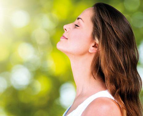 LA SOPHROLOGIE. La sophrologie est connue comme une méthode de relaxation, mais elle est infiniment plus que ça. Être bien en toutes circonstances, dépasser ses blocages, ses peurs, ses difficultés, affronter les aléas de la vie sans s'écrouler, ne sont que des exemples de ce que la sophrologie peut apporter au quotidien. Méthode d'accès à une conscience avancée (1), la sophrologie permet une utilisation pluridimensionnelle, qui colle aux besoins de chacun à tout moment. | Rebelle-Santé