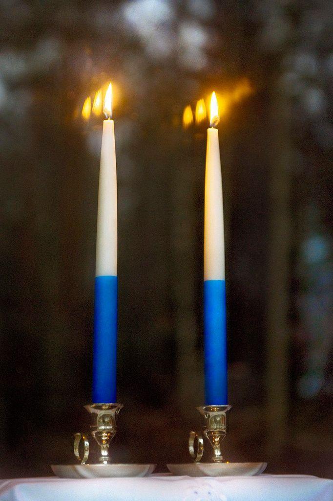 Kaksi Kynttilää Ikkunalla