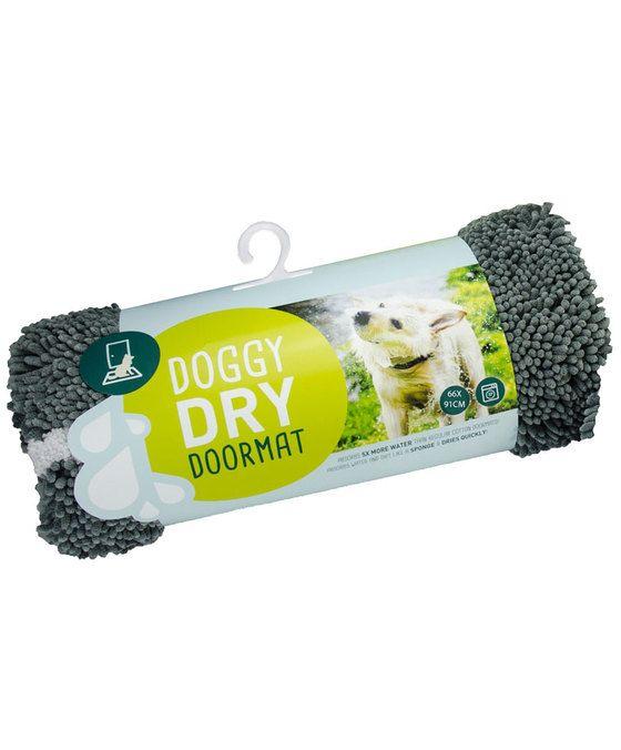 Doggy Dry Deurmat  De Doggy Dry Doormat zuigt water en vuil op als een spons is extreem duurzaam en super zacht. De deurmat droogt snel neemt géén geuren op en is antibacterieel. Dit maakt de Doggy Dry Doormat uniek in zijn soort. Door de anti-slip onderzijde gaat de mat géén kant op. Wat is het geheim? In de Doggy Dry producten zit een speciaal microfiber genaamd chenille. Elke noedel op de stof is gemaakt van miljoenen geweven ultrafijne draden. Hierdoor is het totale oppervlakte eigenlijk…