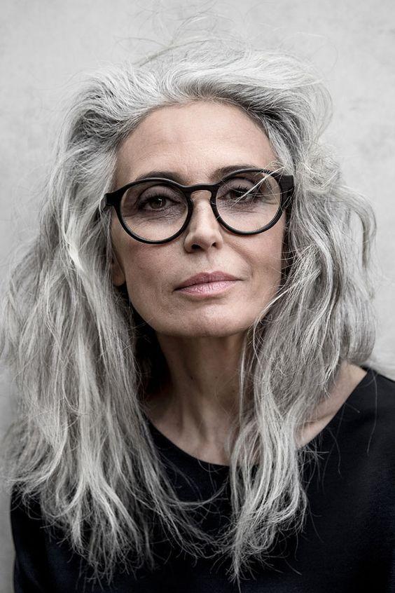 725b5f584e6 35 Idées de coupe pour cheveux femme de 50 ans avec des lunettes Coupe de  Cheveux Gris Femme de 50 ans avec des Lunettes