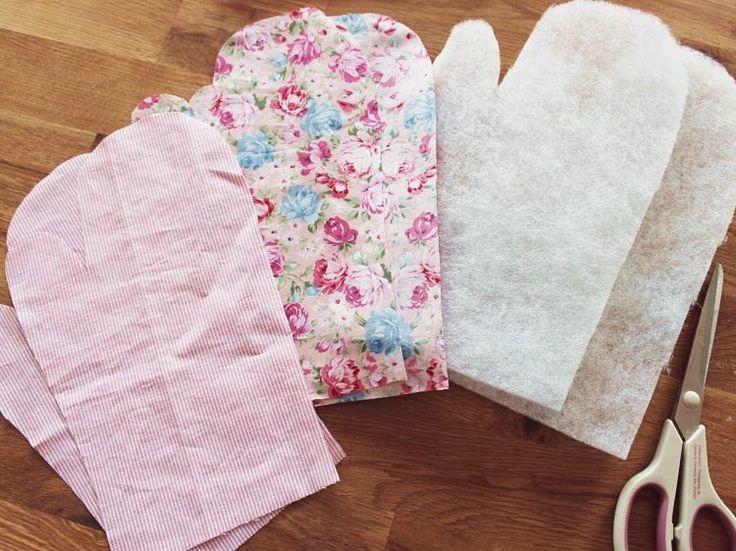 2) Knip de stof Leg de sjabloon op een van de stoffen die je dubbel hebt gevouwen en knip die uit.   Hetzelfde doe je met de andere stof en de vlieseline. In totaal heb je dan zes stukken materiaal (drie voor elke want) en ben je klaar.