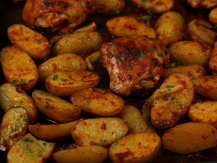 Pulpe de pui cu cartofi noi si ceapa verde la cuptor
