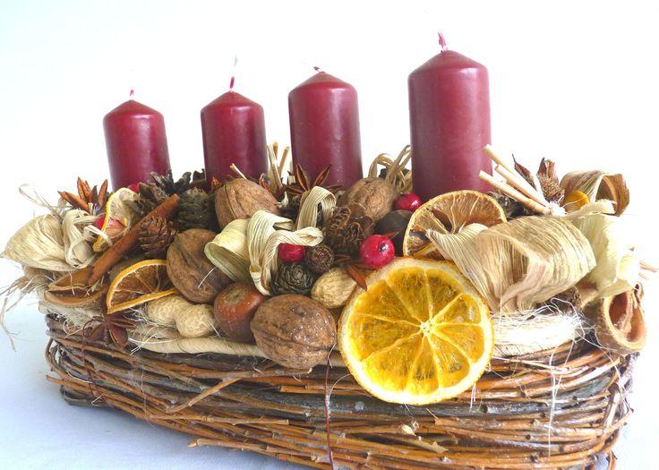 Voňavý adventní svícen - oválný Bohatě zdobený adventní svícen, je dekorován v přírodních tónech. Díky pomeranči, skořici, badyánu a dalším přírodnínám svícen krásně provoní váš dům. Košík je vyroben z polystyrenu, který je bohatě zdoben pytlovinou a vrbovým proutím. a dozdoben barvenými snůpky slámy v patině. Délka 35cm. Celková výška 20cm. Zapalené ...