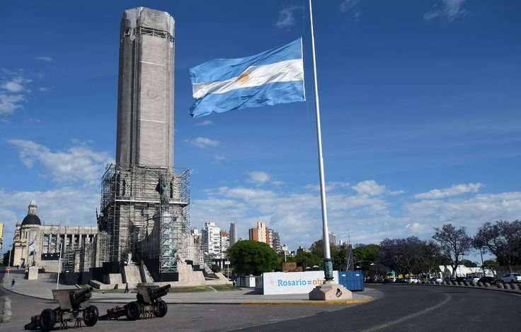 ATENTADO EN MANHATTAN. Monumento a la Bandera de Rosario con la bandera a media asta por los cinco ciudadanos, egresados de la Escuela Politécnica de Rosario, que fallecieron. Celebraban en la ciudad de Nueva York el 30 aniversario de su graduación....