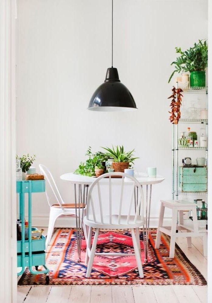 salle à manger scandinave, objets déco couleur menthe, tapis bariolé