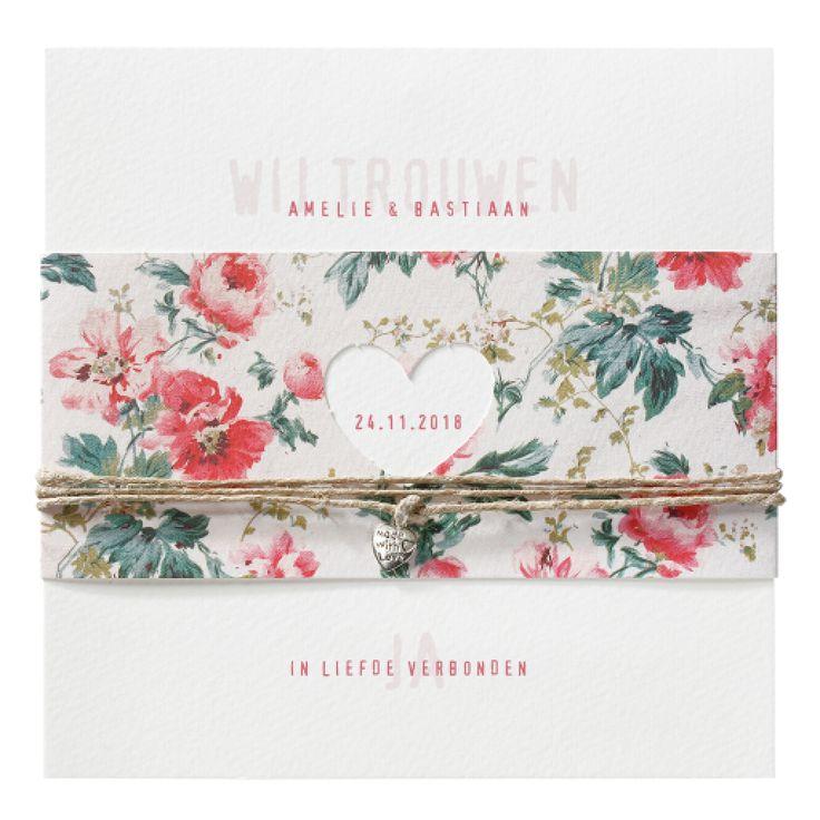 Prachtige trouwkaart op aquarel papier met een wikkel van sierlijke bloemen. De wikkel heeft een uitsnede in hart vorm met daarin jullie trouwdatum.
