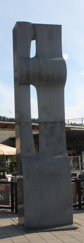 «Stasjonær Tango» heter skulpturen utenfor Lillestrøm Stasjon, og studerer du kunstverket ser du også helt klart et dansende par. Kunstneren Ola Enstad har med sin kunst vakt både oppmerksomhet og engasjement. Mest kjent er han kanskje for verket  «Neve og Rose»