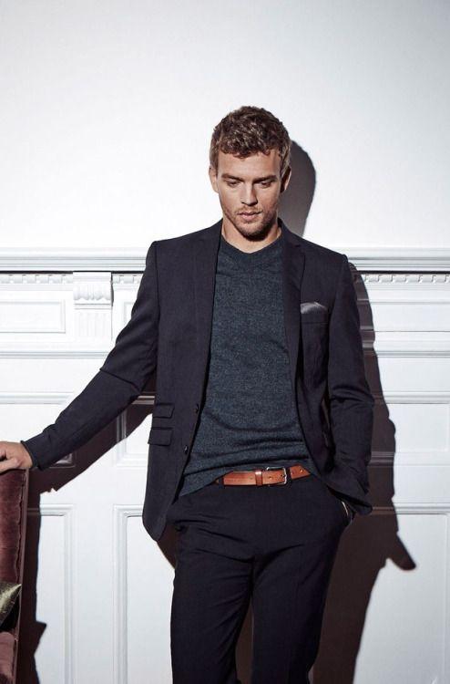 黒テーラードジャケット×グレーTシャツ
