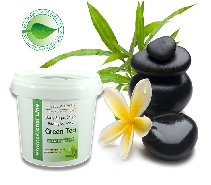Peeling cukrowy na bazie masła kokosowego i palmowego, oleju ze słodkich migdałów oraz wosku pszczelego. Kryształki cukru, które usuwają martwe komórki naskórka idealnie wygładzając i zmiękczając powierzchnię skóry. Poprawia jej elastyczność, ujędrnia, nawilża i wzmacnia. Chroni skórę przed utratą wilgotności.   http://www.subtelnepiekno.pl/peeling-cukrowy-zielona-herbata-p-182.html