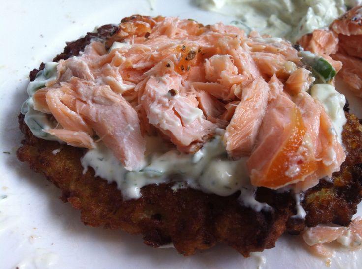 Kartoffelrösti mit Lachs und Dip   |   Kartoffelrösti  - 500g Kartoffeln reiben - 1 Ei  - 2 EL Mehl   Dip - Creme fraiche - Schnittlauch  - Dill   Räucherlachs