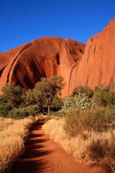 エアーズロックでトレッキング。 オーストラリア旅行のおすすめ見所・観光アイデアまとめ。