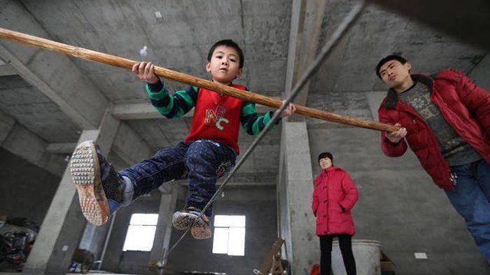 Ngeri! Bocah 5 Tahun Asal Tiongkok Ini Punya Hobi Ekstrim Jalan di Seutas Tali