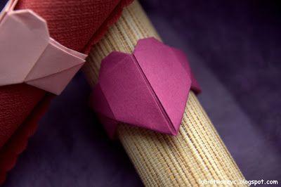 Pierścień do serwetek w kształcie serca origami :)  #pierscien #piersciendoserwetek #serwetka #origami #serce #serceorigami #ring #hoop #napkin #heart #origamiheart #Walentynki #ValentinesDay #sposobwykonania #jakzrobic #instrukcja #lubietworzyc #DIY #handmade #howto #papercraft #instruction