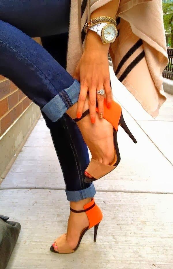 Escarpins orangés, mélangé à du beige. Belle touche de couleur atténuée par ce beige donc plus facile à assortir. #wedding #shoes
