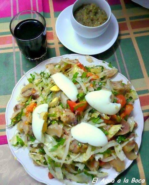 Receta chilena de ensalada de patitas de chancho Para mi este plato es uno de los que se comen entre amigos, en alguna picada, con vino pipeño servido en cañas y conversaciones largas y apasionadas…