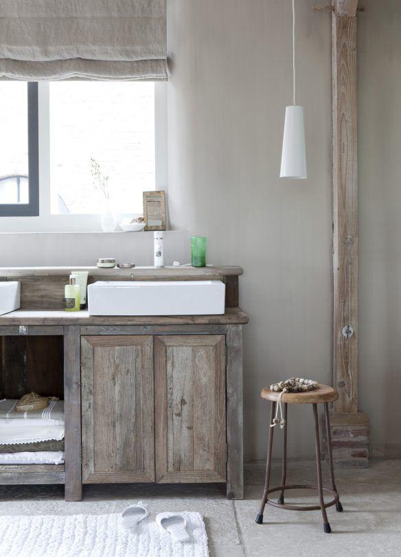 une salle de bain avec meubles en bois brut pour - Meuble Salle De Bain Bois Brut