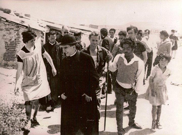 Monseñor Morcillo con Carmen y parte de las primeras Comunidades en Palomeras