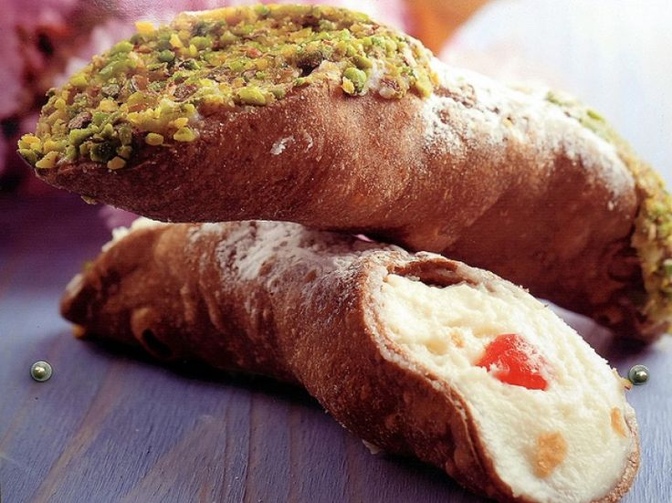 Cannoli Siciliani, a typical dessert of Messinian pastry, photo by Luigi Strano via Flickr