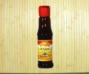 """""""El aceite de sésamo es un aceite vegetal derivado de las semillas de sésamo (llamadas ajonjolí), tiene un aroma distintivo y su sabor recuerda a las semillas de que procede. Se emplea como aceite de cocina en las cocinas del sudeste de Asia como reforzador del sabor, por ejemplo aliñando unos fideon (fideos instantáneos). Es uno de los sabores más característicos de la cocina china. Se obtiene prensando en frío las semillas de ajonjolí o sésamo tostadas."""""""