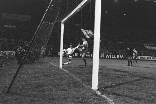 Fotocollectie » Nederland tegen Roemenie 2-0; nr. 13: Cruyff springt over keeper, nr. 14: Cruyff… | gahetNA