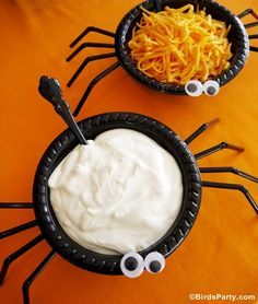 Easy and Quick Halloween Party Ideas! Black bowls with bendy straws and googly…