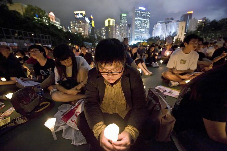 """04/06/2012 09:02  CINA – USA  Washington a Pechino: liberate i sopravvissuti al massacro di Tiananmen  Nel 23mo anniversario della strage, il portavoce del Dipartimento di stato Usa ricorda la """"violenta repressione"""" e invita il governo cinese a """"fare di più per proteggere i diritti umani"""". Nessun riferimento agli arresti di ieri, in seguito ad alcune manifestazioni tenutesi in Cina per ricordare le vittime dell'89. Nella grande marcia annuale di Hong Kong, attese più di 150mila persone."""