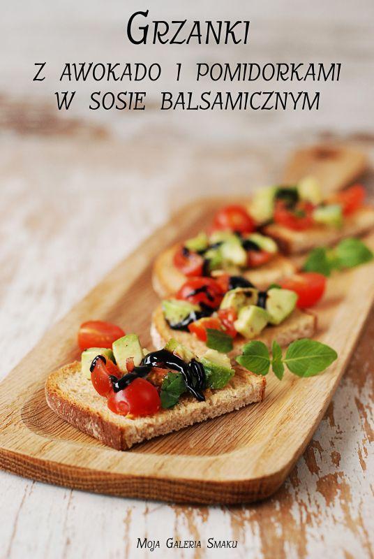Grzanki z awokado i pomidorkami w sosie balsamicznym