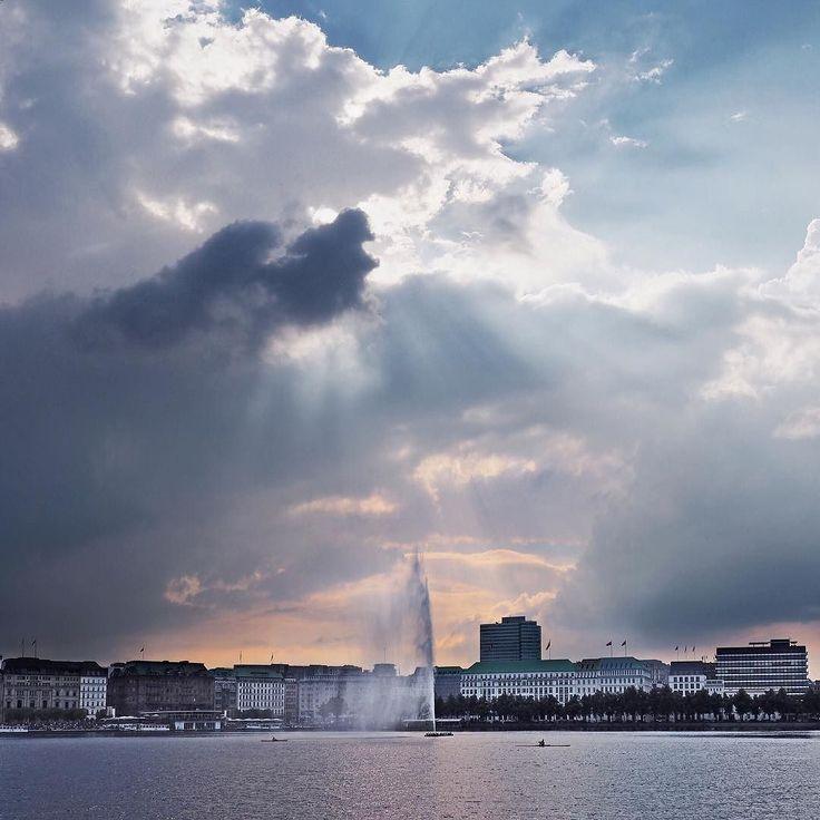 ...bin gespannt ob es heute noch gewittert... #hamburg #city #clouds #streetphotography #alster #shootwithcamerasnotwithguns #gewitter #urban #meindeutschland #urbanromantix #welovehh #040 #goodtimes #igershamburg #wirsindhamburg #ahoi #wearehamburg #nofilter #heimatstadt #hhexp #imxplorer #live #sunset #bestgermanypics #igershamburg www.porip.de