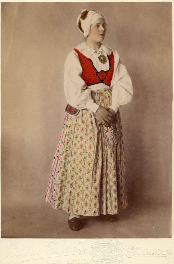 SE Sunnerbo. En kvinna poserar i en dräkt från Sunnerbo härad, Småland.