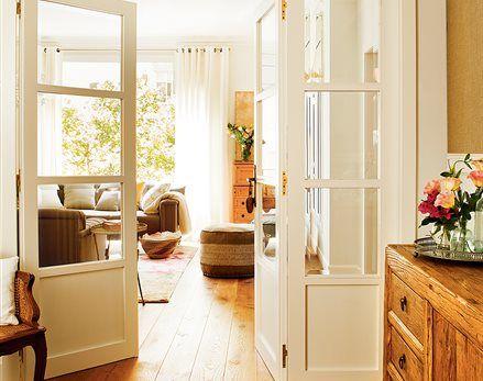 Suelo madera con puertas blancas