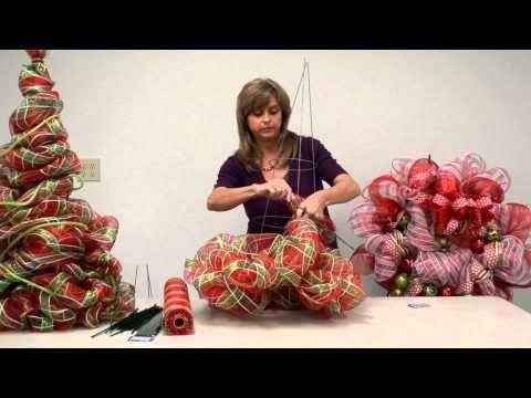 En este video Kristen le muestra cómo hacer un árbol de Navidad fuera de una jaula de tomate y Deco Poli malla de la cinta!  Deco Poli Mesh es una cinta maravillosa de utilizar para la decoración.  Fácilmente haga guirnaldas, árboles, arcos y utilizar para cortar el árbol de Navidad!  Para más proyectos, visite nuestra Galería de proyectos en nuestro sitio web: http: //www.bfranklincrafts.com/CraftIdeas/CI.ht ...: