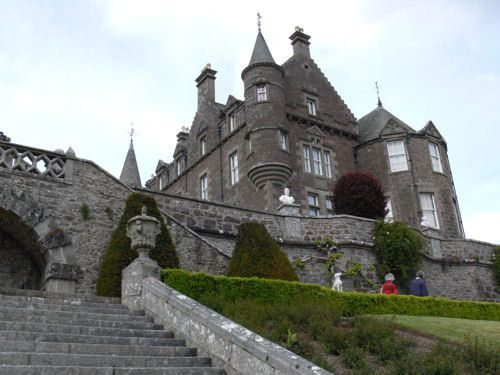 Drummond Castle is a Scottish castle of 15th century with a beatiful gardens. Some of scenes in the Rob Roy movie (with Liam Neeson) has been made on Drummond castle.
