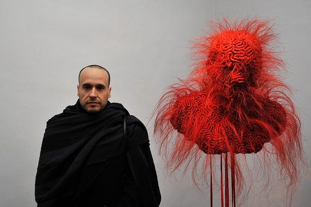 Javier Perez et son Mascara de seduccion, lors du vernissage de lexposition Musée Réattu,Acte V, le 4 février 2012. photo ville dArles, Patrick Mercier.