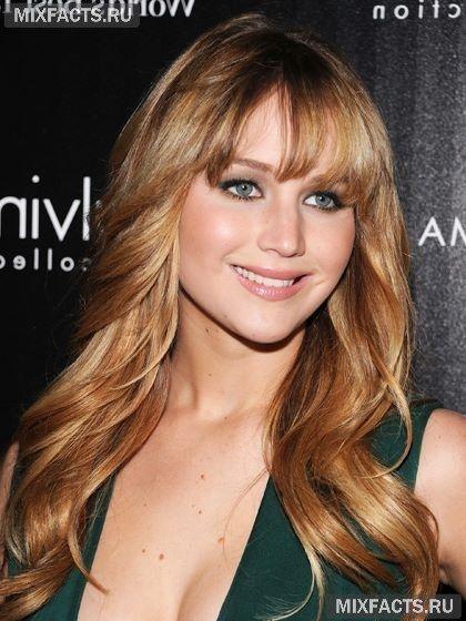 Добиться глубины цвета волос как у Рейчел МакАдамс можно, смешав два оттенка волос: золотого и холодного блондина. Мелкое поперечное колорирование делает ваши волосы очень естественными и привлекательными. Однако можно и поэкспериментировать с пропорциями этих двух оттенков. Стилисты рекомендуют сделать акцент на золотых тонах зимой, так ваше лицо будет выглядеть свежим и выразительным. А летом добавить больше холодных тонов для контраста с загорелой кожей.