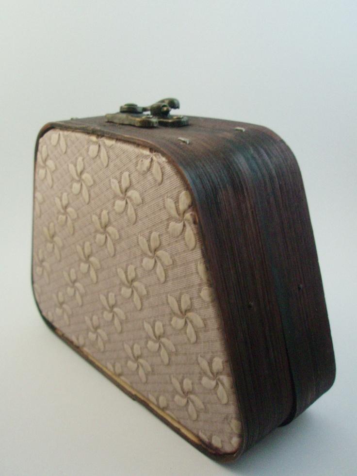 Cartera-cofre de madera marrón oscura pintada a mano en tonos nude con motivo floral. (alquiler 6 €, préstamo 6 créditos)