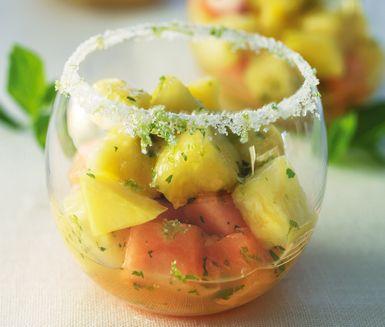 Färsk frukt med lime och mynta är en lätt och fräsch efterrätt som passar utmärkt som avslutning på en ståtlig middag. Kan även serveras som ett annorlunda och läskande fruktsnacks mitt på dagen.