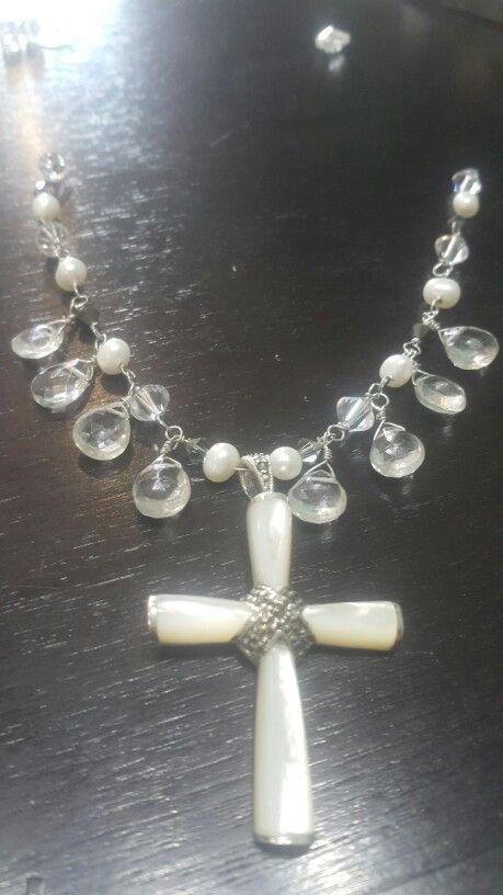 Joyeria hecha a mano con perlas naturales, gotas de cuarzo facetados, cristales de swarovski y cruz de madre perla con plata ♡ para una novia especial #Novias