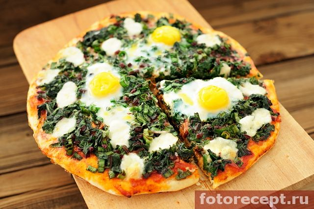 Зелёная пицца с яйцами