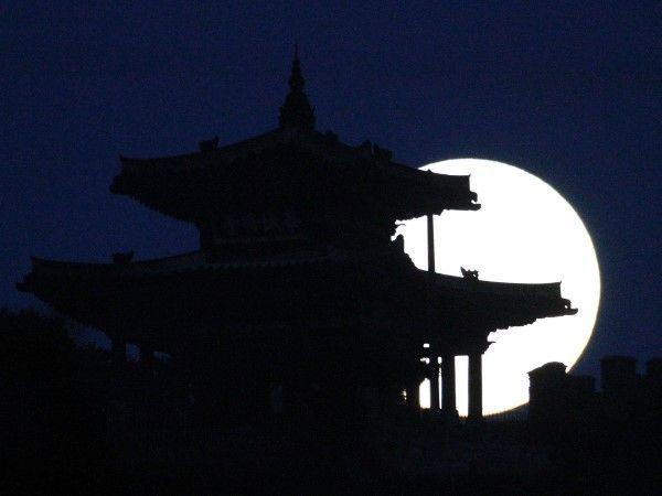 La superluna por el mundo (© REUTERS/Kim Hong-Ji)