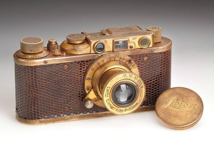 La Leica III Luxus venne prodotta in 40 esemplari placcati oro, con il corpo rivestito in pelle di lucertola. Questo modello è stato venduto...