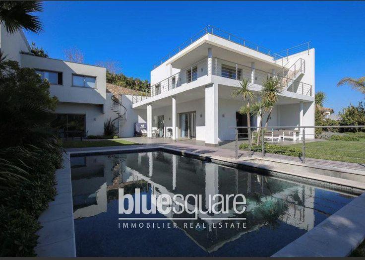 située dans un domaine privé de Cannes, avec une vue dégagée sur les collines environnantes, vaste villa contemporaine neuve de 280m² habitables, et appartement d'invité et espace sport de 100m² supplémentaires. 4 Chambres en suite, espace de réception avec cuisine ouverte. Piscine et terrasse de 150m².