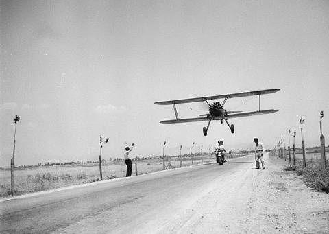 ΤΑΚΗΣ ΤΛΟΥΠΑΣ-Φιγούρες με το αεροπλάνο στη Λάρισα 1952