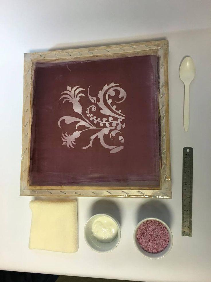 Materiales utilizados para realizar el proceso de estampado con caviar: Adhesivo caviar Caviar Shablon Regla Plástica Horno Eléctrico