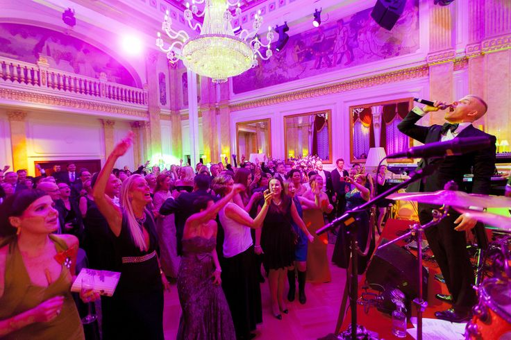 Elastinen's electrifying performance at Hotel Kämp's 2014 Itsenäisyyspäivän jatkot