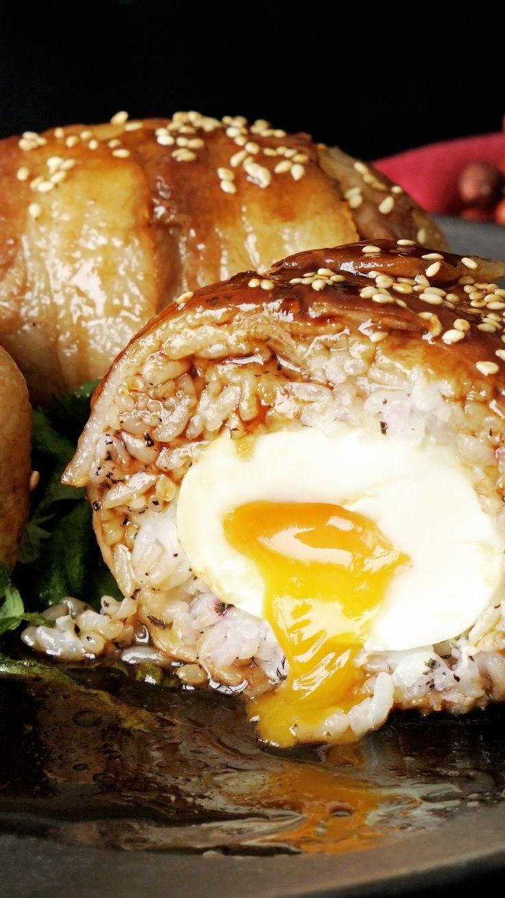 ビデオ指示付きレシピ: 卵の黄身がとろ~り流れる、肉巻きおにぎりです。 材料: 卵 3個, 豚バラ肉 300g, ご飯 300g, ゆかり 小さじ2, 薄力粉 適量, 油 大さじ1/2, 白ごま 少々, 《タレ》, 醤油 大さじ3, 酒 大さじ3, 砂糖 大さじ2, みりん 大さじ2
