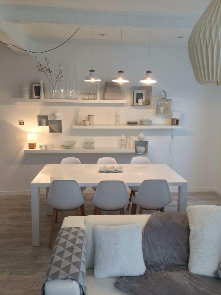 Murs blanc mais ambiance feutrée et douce, parquet, mobilier design, linge de maison gris, luminaires doux Plus
