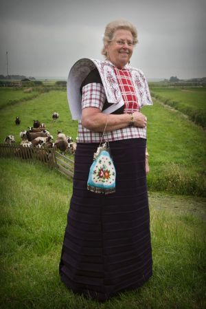 """""""In gewone kleren voel ik me niet op mijn gemak"""" -  Evertje Poort-Huijgen (74) uit Eemdijk in de zondagse dracht van Bunschoten-Spakenburg. Beeld RD, Henk Visscher"""