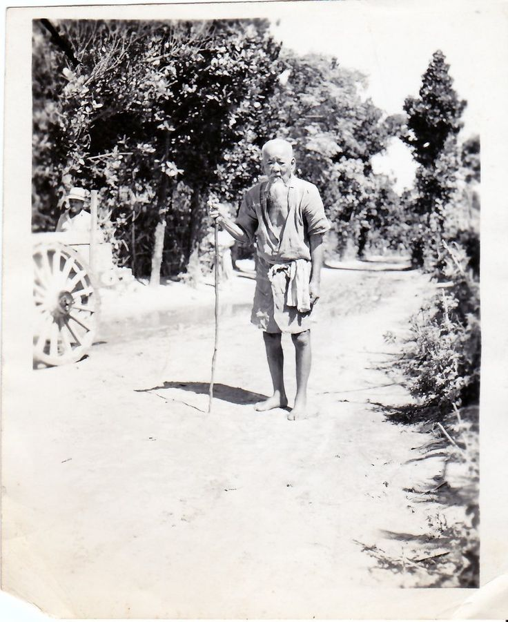 https://flic.kr/p/dv6WVq | La vejez (Okinawa, 1945) | Esta fotografía muestra a un anciano japonés, 'ajeno' a la guerra que en aquel momento asolaba su país.  Fuente original