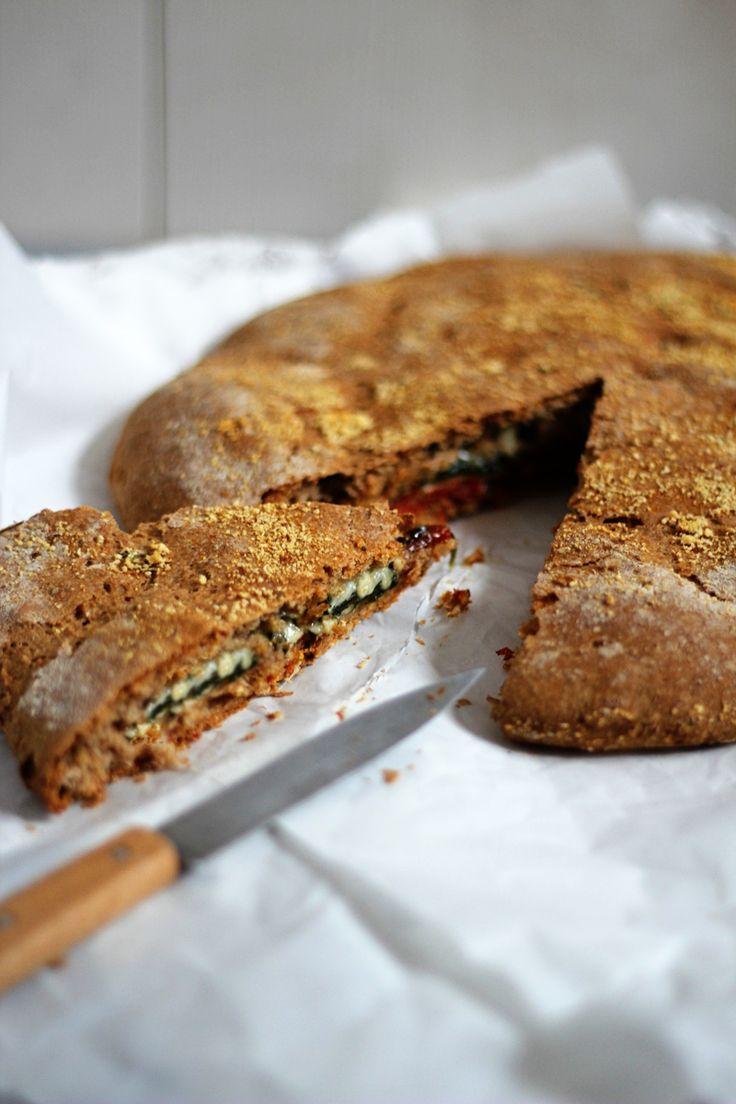 Rezept für gefülltes Fladenbrot mit getrockneten Tomaten, Käse und Spinat - die perfekte Beilage zum Salat
